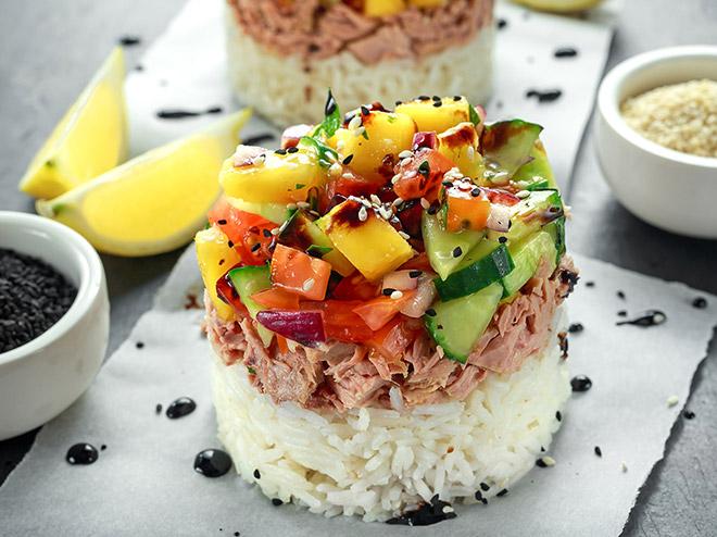 Ensalada de atún, arroz, mango y pepino